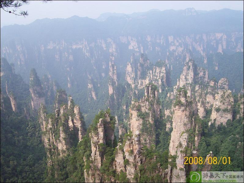 景点基本情况: 武陵源---张家界:包括张家界、索溪峪和天子山三部分,总面积约360平方公里,1992年被列入《世界自然遗产名录》,这里地质极为复杂,形成举世罕见的砂岩峰林峡谷地貌,被誉为地质博物馆,是我国建立最早的国家森林公园,山上奇松挺拔,云雾萦绕,不似黄山,胜似黄山。 二、注意事项: 请带齐有效身份证件原件(有效身份证、儿童户口本)。 请带常备药品(如:晕车药、跌打油、肠胃药、驱风油、息斯敏、黄莲素、创可贴、感冒药之类的药品),外出旅游容易引起上火现象,多吃清火食物,如新鲜的绿叶蔬
