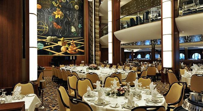 """美国皇家加勒比海游轮公司目前最大的邮轮,也是世界上最大的邮轮海洋绿洲号(Oasis of the Seas)豪华游轮,将成为世界上最大的超级游轮,它拥有16层甲板和2000个客舱,可乘载6000名乘客,船上还拥有一座大型购物商场、众多酒吧饭店, 一座足球场大小的户外圆形剧场以及攀岩墙等体育设施。 海洋绿洲号耗资14亿美元,它长360米、宽47米、高72米,排水量22万吨,要比""""泰坦尼克号""""还要大5倍,比当前世界上最大游轮""""海洋自由号""""还重6万吨。据了解,这艘漂移在海上的游轮城市将以美"""
