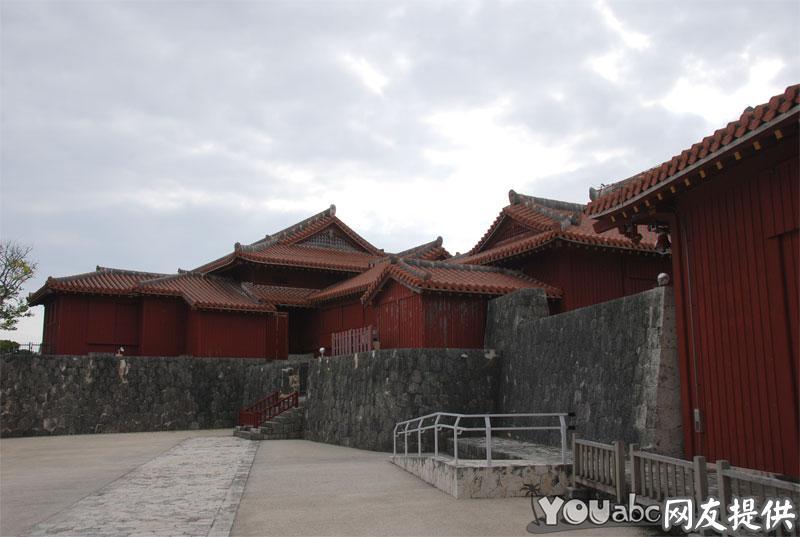 首里城是位于琉球群岛的冲绳岛内南部,那霸市以东一座琉球式城堡,从15