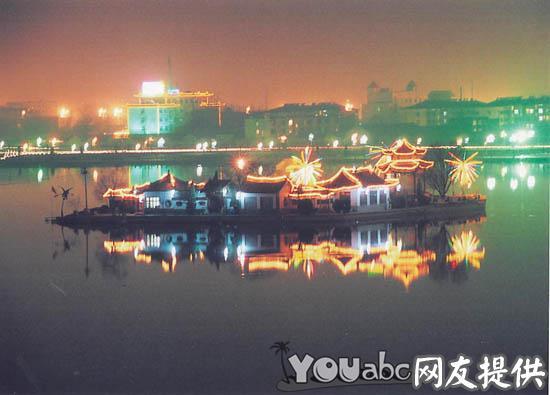 环绕于古城四周的东昌湖为依托